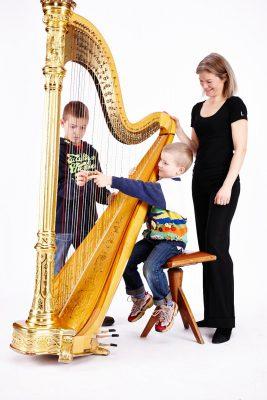 Uta Jungwirth zeigt Kindern ihr Instrument, die Harfe (Denis Pernath Fotografie)