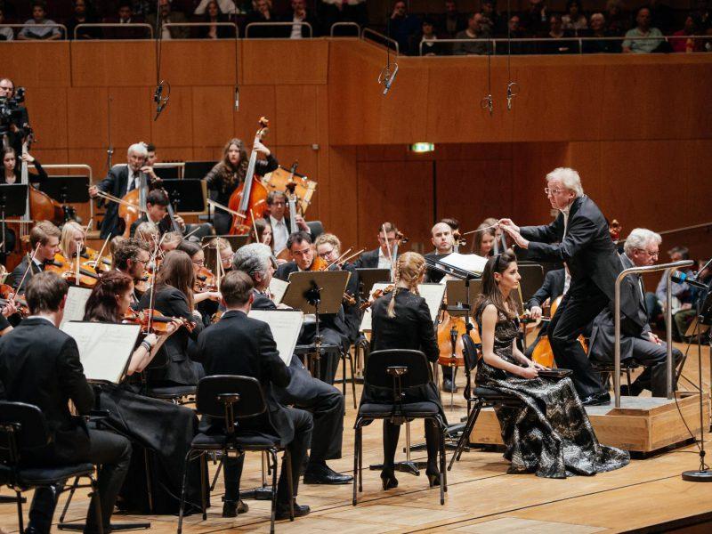 Orchester und Sopranistin Danae Kontora (c) Julia Müller