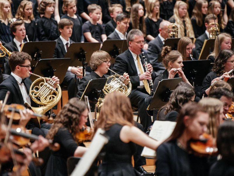 Mitglieder des Münchner Rundfunkorchesters unterstützen die Schülerinnen und Schüler. (c) Julia Müller