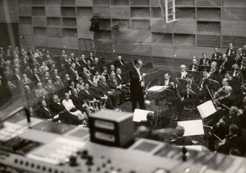 Werner Schmidt-Boelcke dirigiert bei der Eršffnung des Studio-Neubaus am 16.9.1963. Credit BR/Foto Sessner