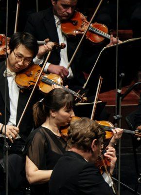 Hande Özyürek in der Stimmgruppe der Ersten Violinen des Münchner Rundfunkorchesters (Credit BR-Philipp Kimmelzwinger)