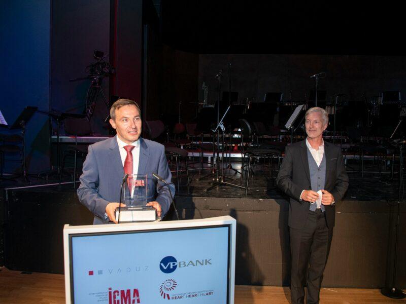 ICMA 2021 Ivan Repusic am Rednerpult und Timo Janzen (BR-Chor Vorstand)_© Albert Mennel