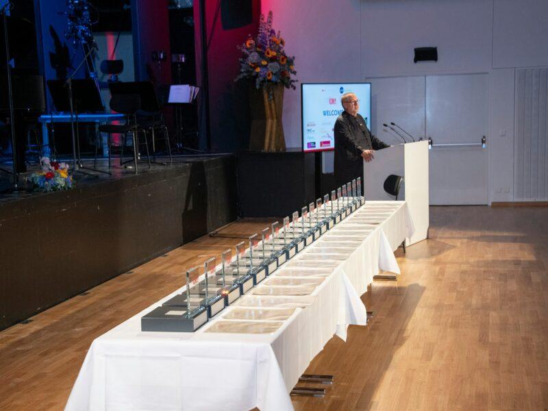 ICMA 2021 Remy Franck (President der Jury) mit den Trophäen_© Albert Mennel