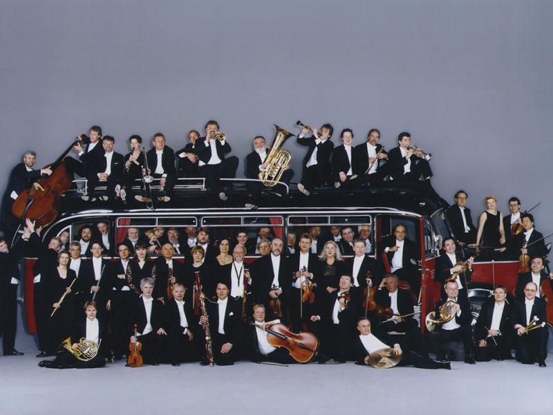 Münchner Rundfunkorchester und Marcello Viotti mit Bus (Archiv des BR)