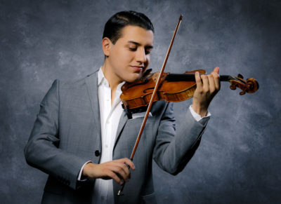 Sandro Roy, Violine spielend (sandro-roy.com)